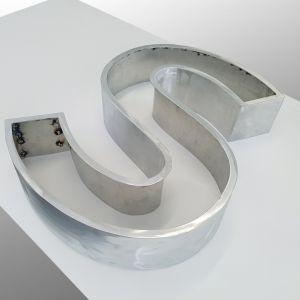 Insegne, Studio grafico pubblicitario lombardia, Decorazione automezzi - Lettera scatolata in fase di costruzione